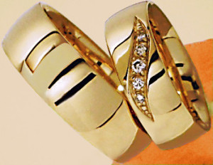 obrączka z żótego złota z brylantami w oprawie ornamentowej prostej